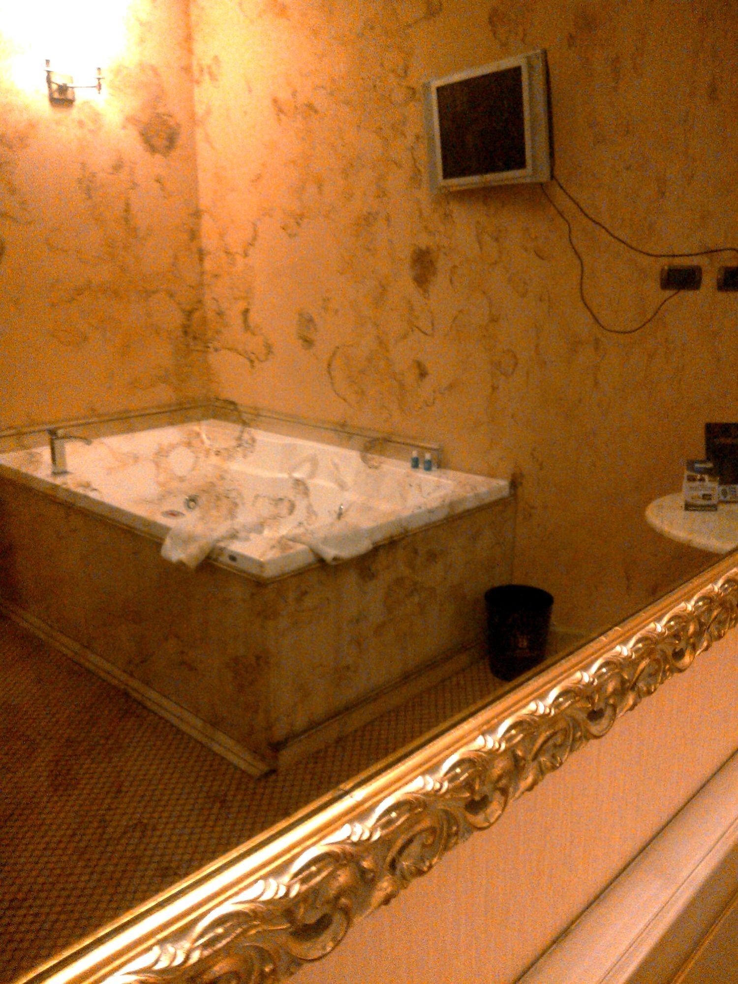 romantica suite vasca idromassaggio lombardia   hotel il castelletto - Soggiorno Romantico Particolare 2