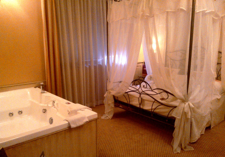 Camera Da Letto Romantica Offerte : Romantica suite vasca idromassaggio lombardia hotel il castelletto