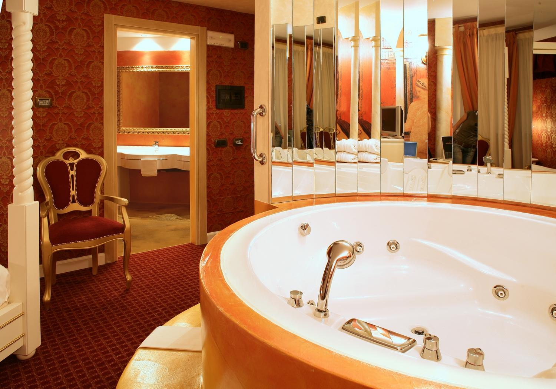 Vasca Da Bagno In Camera : Camera a tema milano con vasca idromassaggio